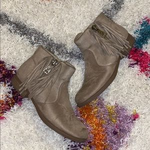 G by Guess Fringed Zip Suede Ankle Bootie SZ 6